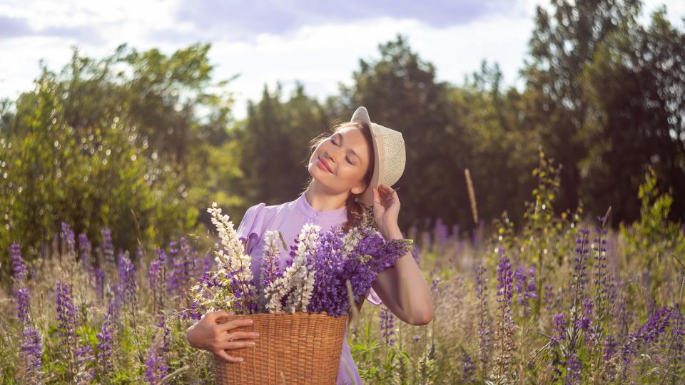 жена поле