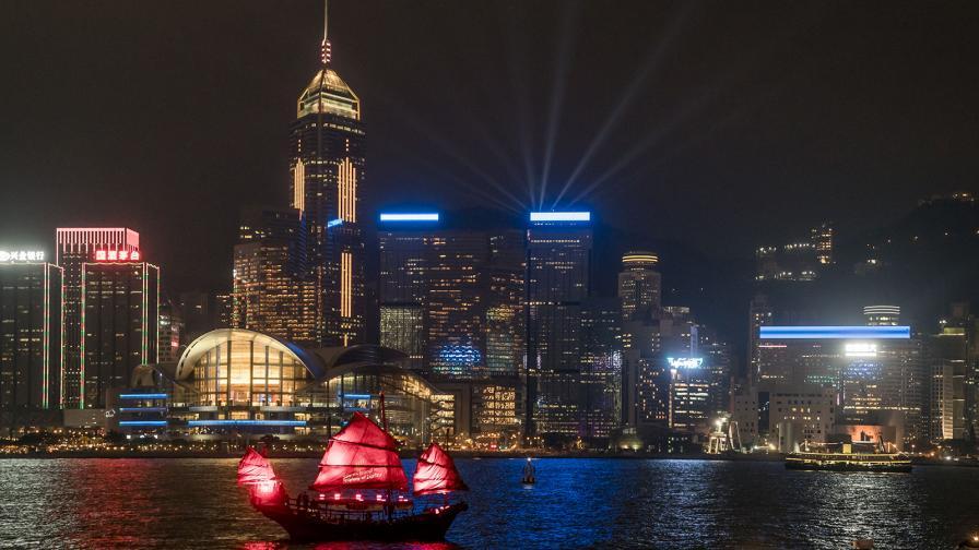 """Пристанище """"Виктория"""" в Хонг Конг, а над него се извисява високата 430 метра планина Никълсън."""