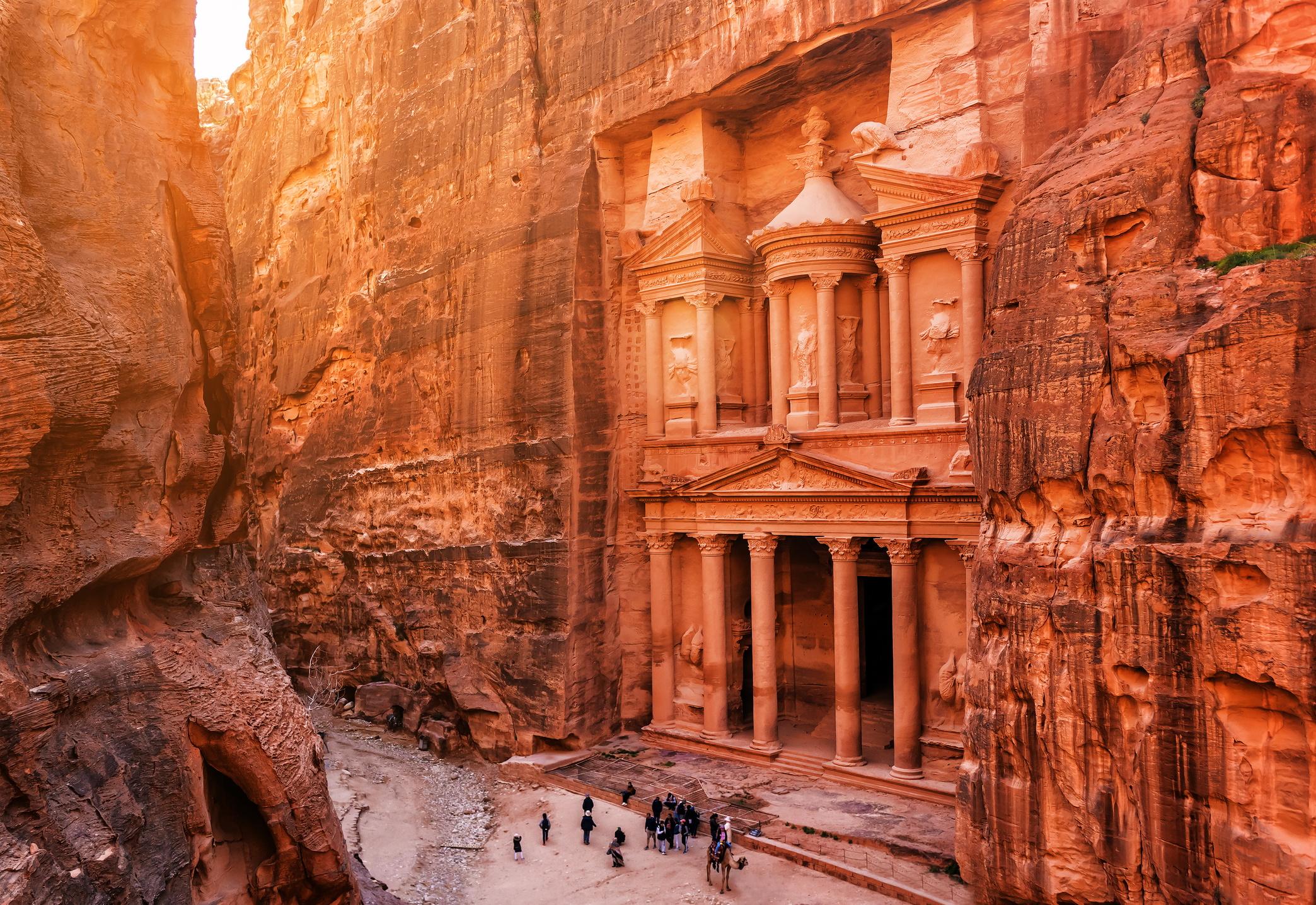 <p><strong>Петра, Йордания</strong></p>  <p>Най-известният археологически обект в Йордания страда от комбинация от валежи, ветрове и атмосферни влияния, както и от големия туристически поток.</p>