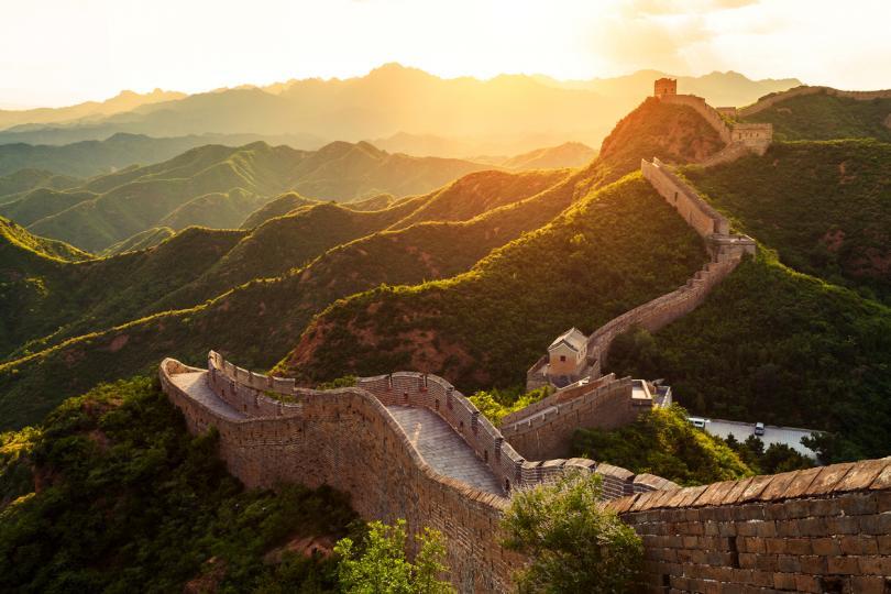 <p><strong>Великата китайска стена</strong></p>  <p>Прекомерното посещение, естественото износване и разрушение и продажбата на тухли с исторически гравюри вече са повредили една трета от емблематичната стена.</p>