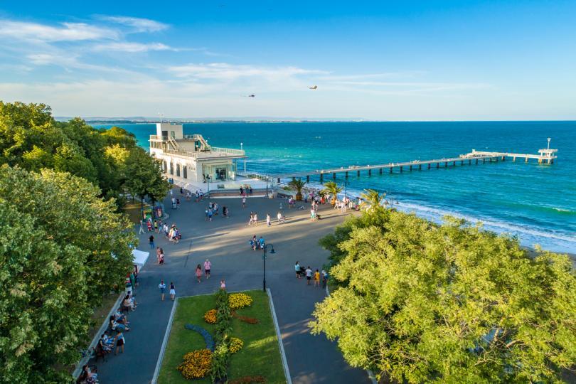 <p><strong>На 7 морски плажа, възложени на концесия, чадъри и шезлонги ще са безплатни за летен сезон 2021 г. от общо 87 действащи концесионни договора, а именно:</strong></p>  <p><em>&ldquo;Ривиера&rdquo;</em></p>  <p><em>&ldquo;Буните 2&quot;</em></p>  <p><em>&quot;Обзор Мотела&quot;</em></p>  <p><em>&quot;Бургас - север&quot;</em></p>  <p><em>&quot;Бургас - централен&quot;</em></p>  <p><em>&quot;Приморско - централен&quot;</em></p>  <p><em>&ldquo;Къмпинг &quot;Нестинарка&quot;</em></p>