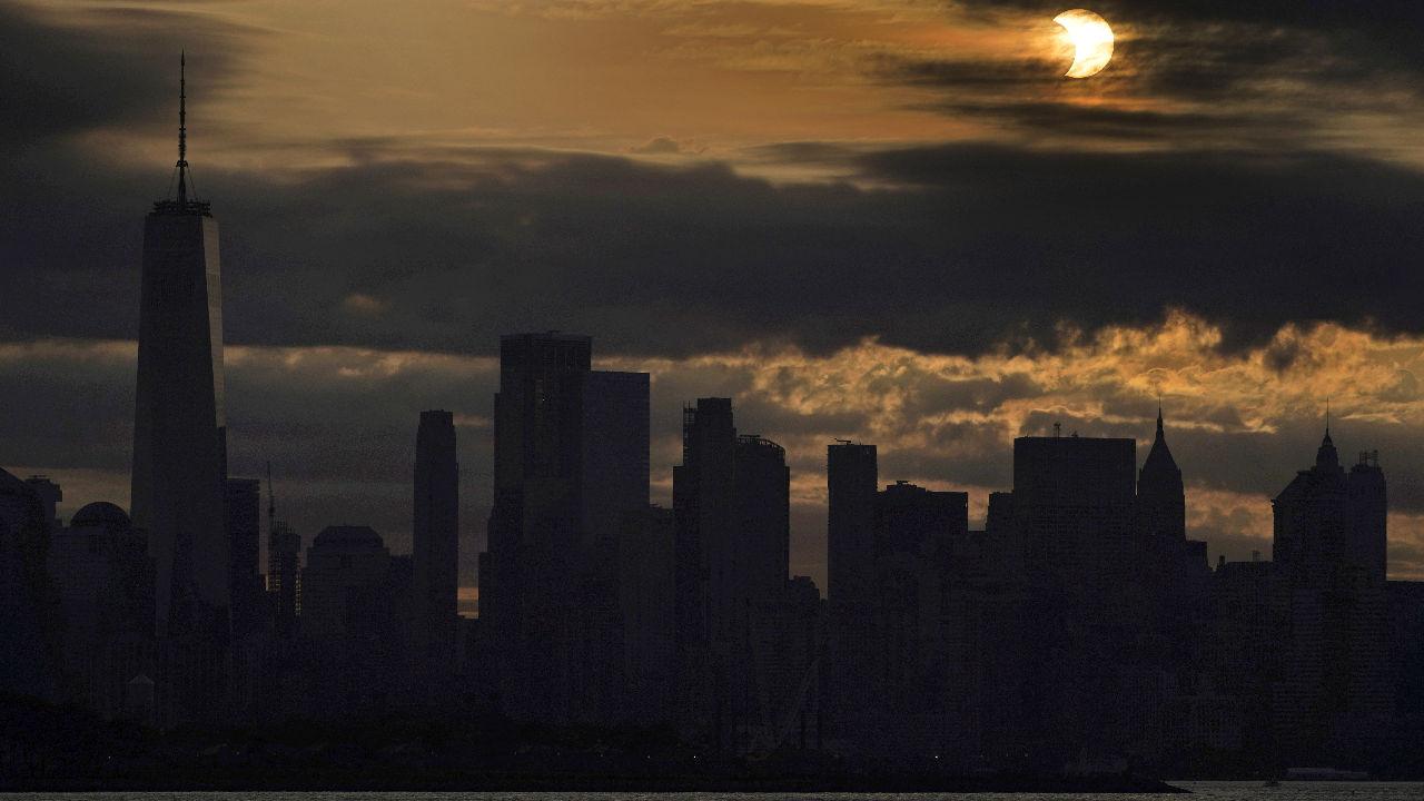 <p>Частичното слънчево затъмнение в Ню Йорк</p>