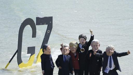 Протестиращи с демонстрации по време на срещата на Г-7