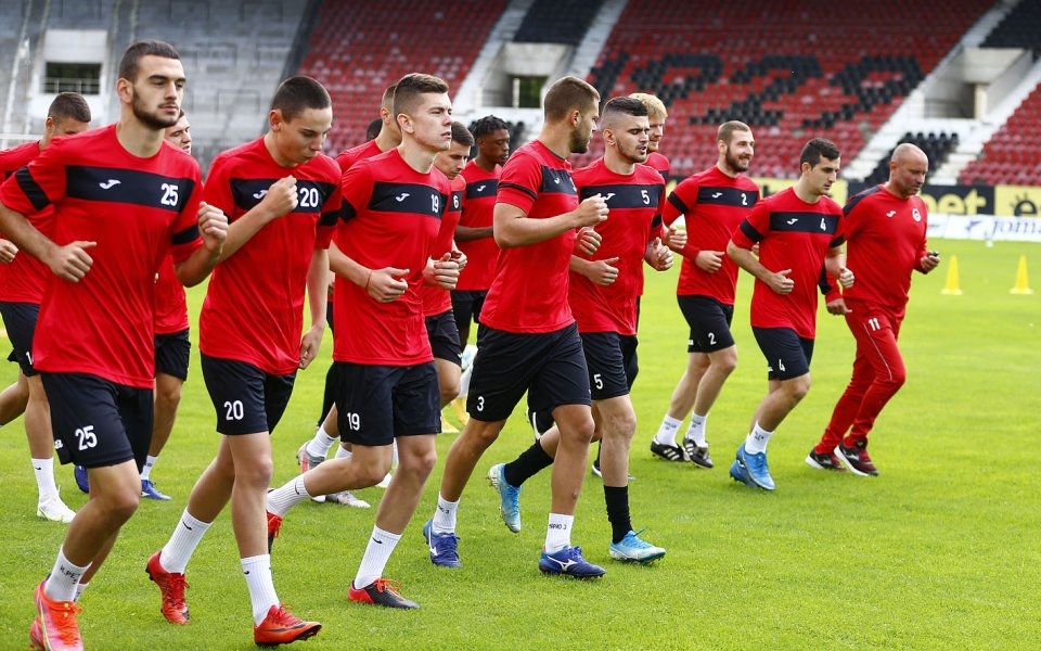 Новакът в efbet ЛигаЛокомотив София обяви привличането на двама футболисти.