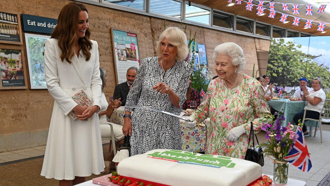 <p>Британската кралица Елизабет Втора бе домакин на официалния прием, даван в чест на лидерите от Г-7. Кралицата бе придружена от принц Чарлз, съпругата му Камила, принц Уилям и съпругата му Кейт. За място на приема бе избрана ботаническата градина на Корнуол, в която се намира най-голямата в света покрита дъждовна гора, наречена &bdquo;Проект райска градина&ldquo;.</p>