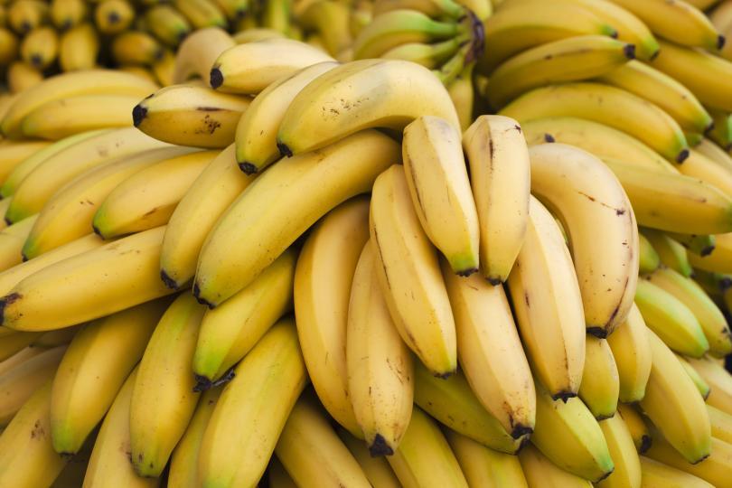 <p>Бананите са богати на калий и магнезий. Когато тялото ни е с ниско ниво на тези ключови минерали ставаме тревожни и неспособни да спим добре. Вълшебната съставка е банановата кора. Банановата кора има дори повече калий и магнезий от самия банан и често се изхвърля на боклука, но този път я запазете, за да си приготвите полезен за съня чай.</p>