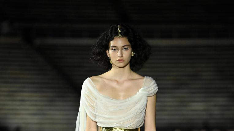 Бел Хинова за круизната колекция на Dior 2022