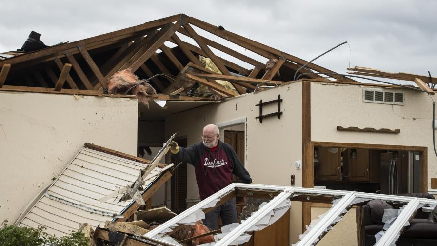 Ранени хора и разрушени къщи от торнадо в...