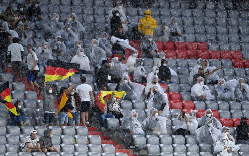 Общо дванадесет футболни фенове са дали положителни тестове за COVID-19