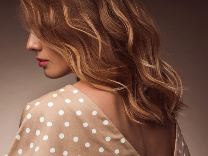 <p><strong>Медено русо</strong></p>  <p>Този медено-рус цвят на косата е изключително популярна тенденция в момента, тъй като е идеалният преходен нюанс за брюнетки, които искат да преминат към русото, без да се ангажират с поддържането на сребърно-руси нюанси.</p>