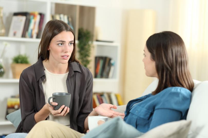 <p><strong>Слушайте истински</strong></p>  <p>Слушането е основно умение на успешната комуникация, а активното слушане вече е и умение за напреднали. Активното слушане изисква да премахнете преценката, егото и решенията си, като същевременно отделяте време да чуете не само думите, но и емоциите, тона и езика на тялото на човека срещу вас. Да слушате активно означава да слушате, без да мислите какво ще кажете след това, и е свързано с разбиране, а не с дебатиране или поправяне. Не-говоренето е трудно, но вместо него можете да използвате окуражващи за другия думи като &quot;Разбирам&quot; и &quot;Да, продължи&quot;. Дори навеждането напред помага да покажете, че сте заинтересовани.</p>
