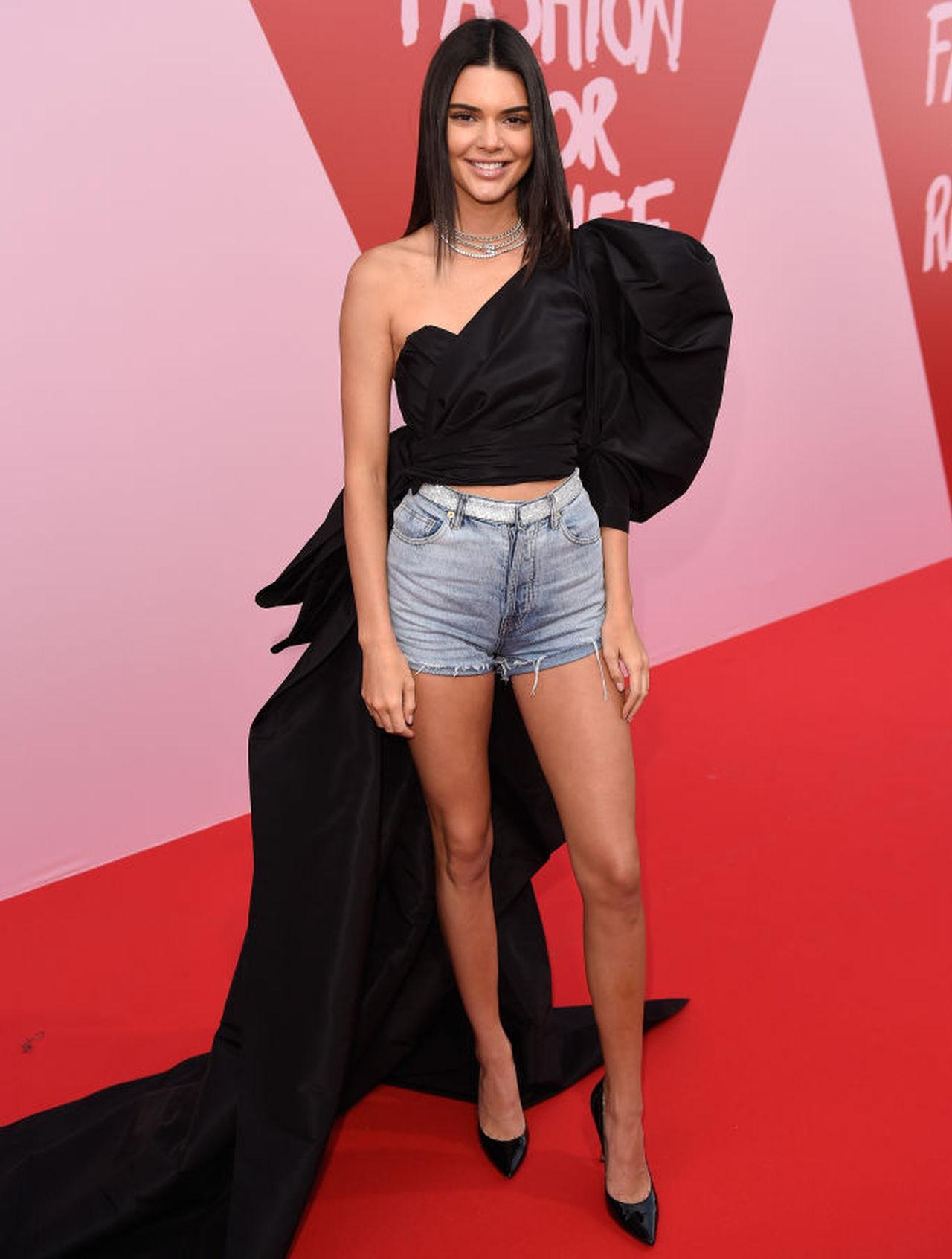 <p>Кендъл Дженър заложи на къси дънкови панталони&nbsp;на филмовия фестивал в Кан през 2017 година</p>