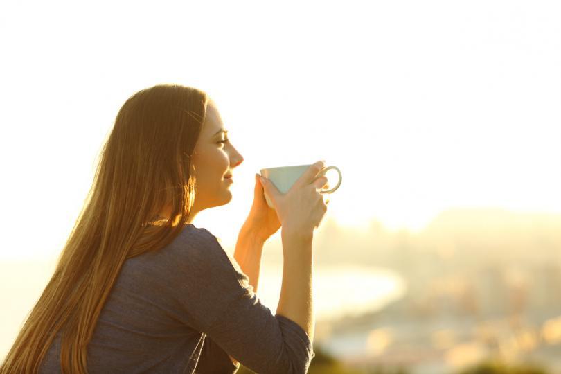 <p><strong>По-добър сън</strong></p>  <p>Изследванията показват, че един час естествена светлина помага да спим по-добре. Слънчевата светлина регулира циркадния ни ритъм, като подсказва на тялото кога да увеличава и намалява нивата на мелатонин. Така че, колкото повече дневна светлина попивате, толкова по-добре организмът ви ще произвежда мелатонин.</p>