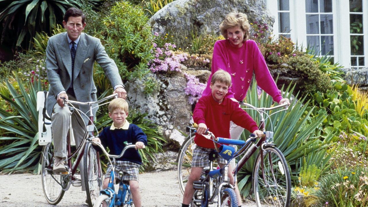 <p>1 юни 1989 г. - принц Чарлз, принцеса Даяна и техните синове - принц Уилям (вдясно) и Хари. Семейството кара колела, остров Треско</p>
