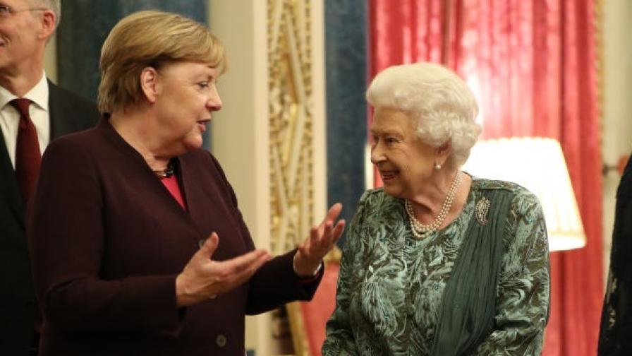 <p>Кралицата и прощалната обиколка на Ангела Меркел</p>