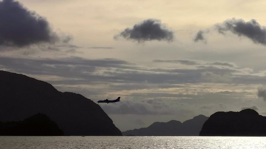 Военен самолет се разби във Филипините, жертви