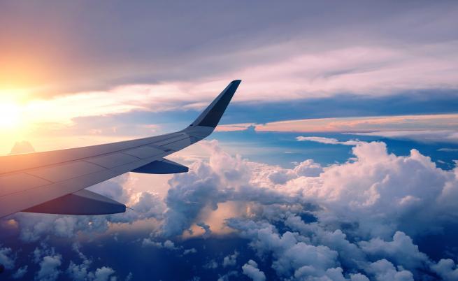 Жена опита да отвори вратата на самолет, вързаха я с тиксо