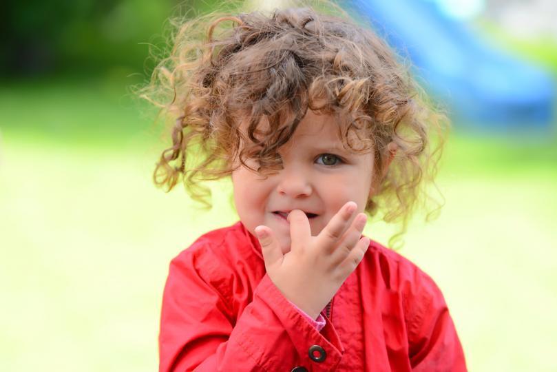 <p>Децата, които гризат ноктите си или си смучат палците, са с 1/3 по-малко склонни да развият определени алергии.</p>  <p>Изследователите твърдят, че резултатите могат да бъдат още един пример за &quot;хигиенната хипотеза&quot; - идеята, че прекалената чистота и избягването на контакт с микробите в околната среда може да увеличи риска от алергии при децата.</p>  <p>&quot;Ранното излагане на микроби не е нещо лошо&quot;, казва канадският изследовател Малкълм Сиърс от Института &quot;Файърстоун&quot; за респираторно здраве към Медицинския факултет на университета &quot;Макмастър&quot;.</p>