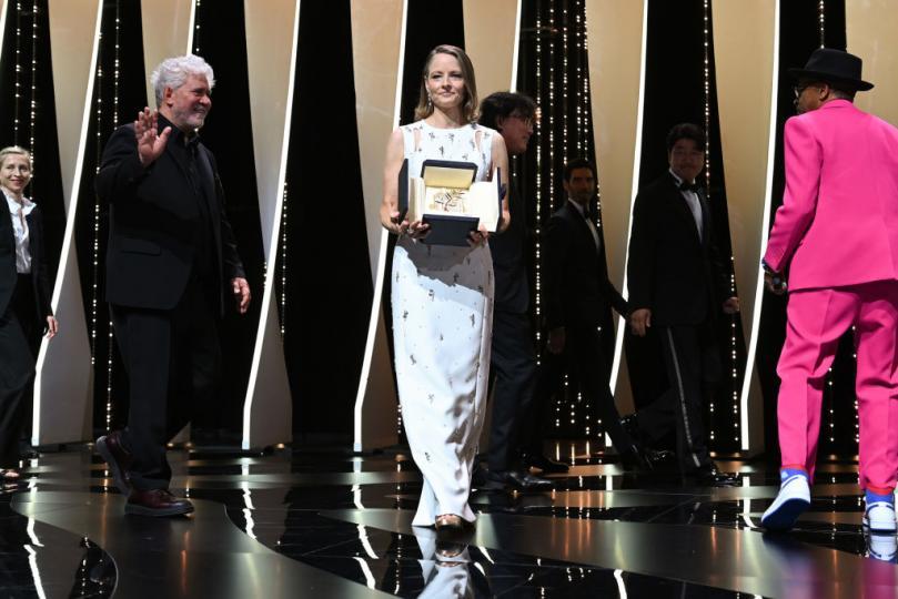 <p>Джоди Фостър&nbsp;получи почетна Златна&nbsp;палма за цялостно творчество на кинофестивала в Кан.</p>  <p>Тя е деветата лауреатка на отличието. Преди това лауреати са били Жан Моро, Бернардо Бертолучи, Джейн Фонда, Жан-Пол Белмондо, Ален Делон и др.</p>