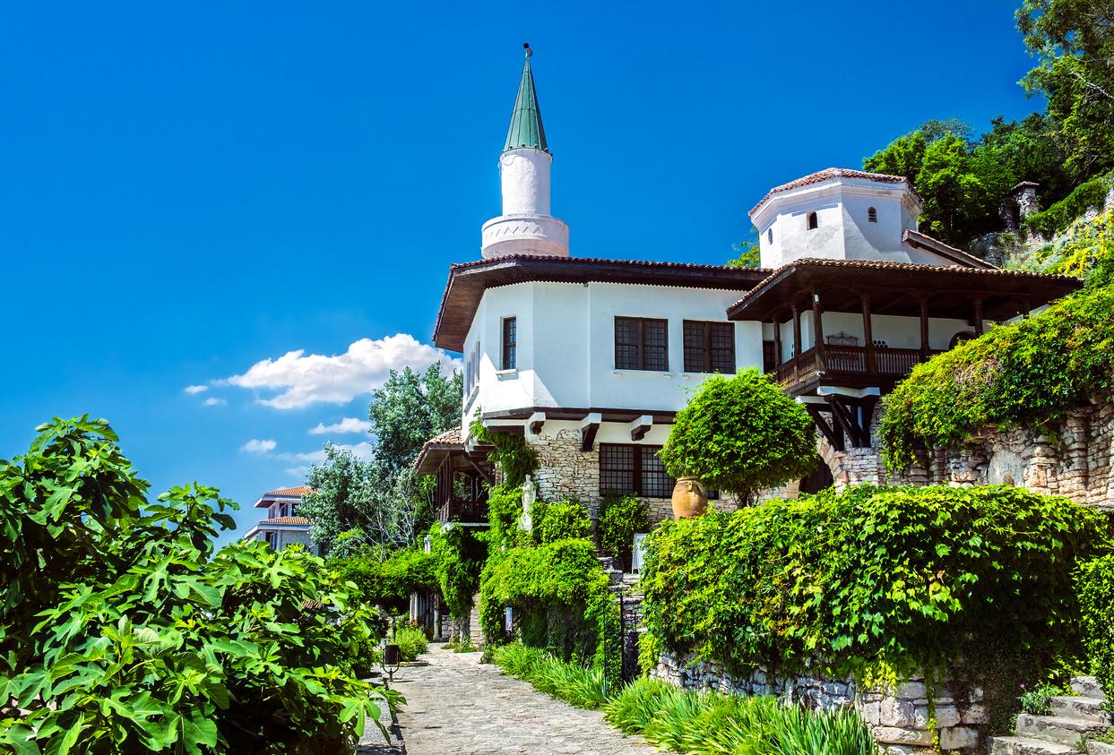 <p><strong>Комплекс &bdquo;Двореца&ldquo; в гр. Балчик -&nbsp;</strong> Комплексът се превръща в една от главните забележителности на&nbsp;Северното Черноморие&nbsp;и е включен в&nbsp;Стоте национални туристически обекта. Историята му е много любопитна -&nbsp;след като Румъния поучава Южна Добруджа, кралица&nbsp;Мария Единбургска решава именно тук да построи своя лятна резиденция.&nbsp;</p>