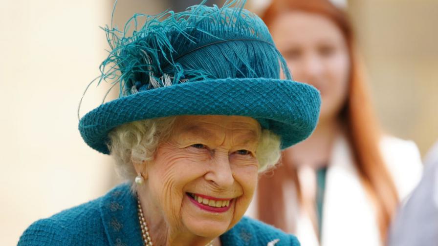 Кралица Елизабет II на снимачната площадка на най-дълго излъчваната телевизионна сапунена опера