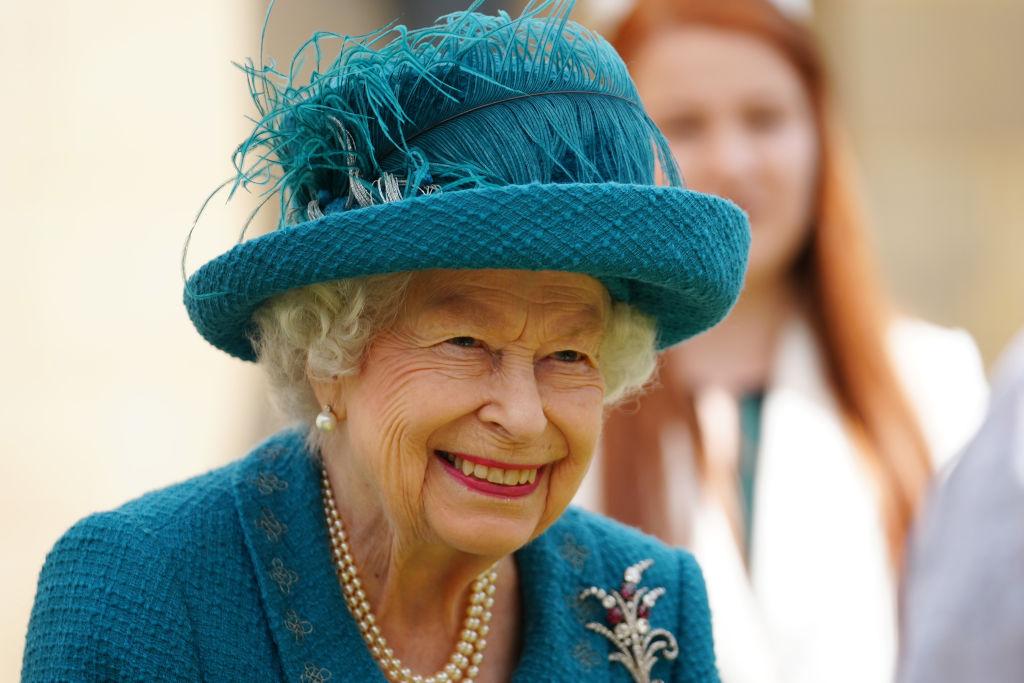 <p>Кралица Елизабет II на снимачната площадка на най-дълго излъчваната телевизионна сапунена опера</p>
