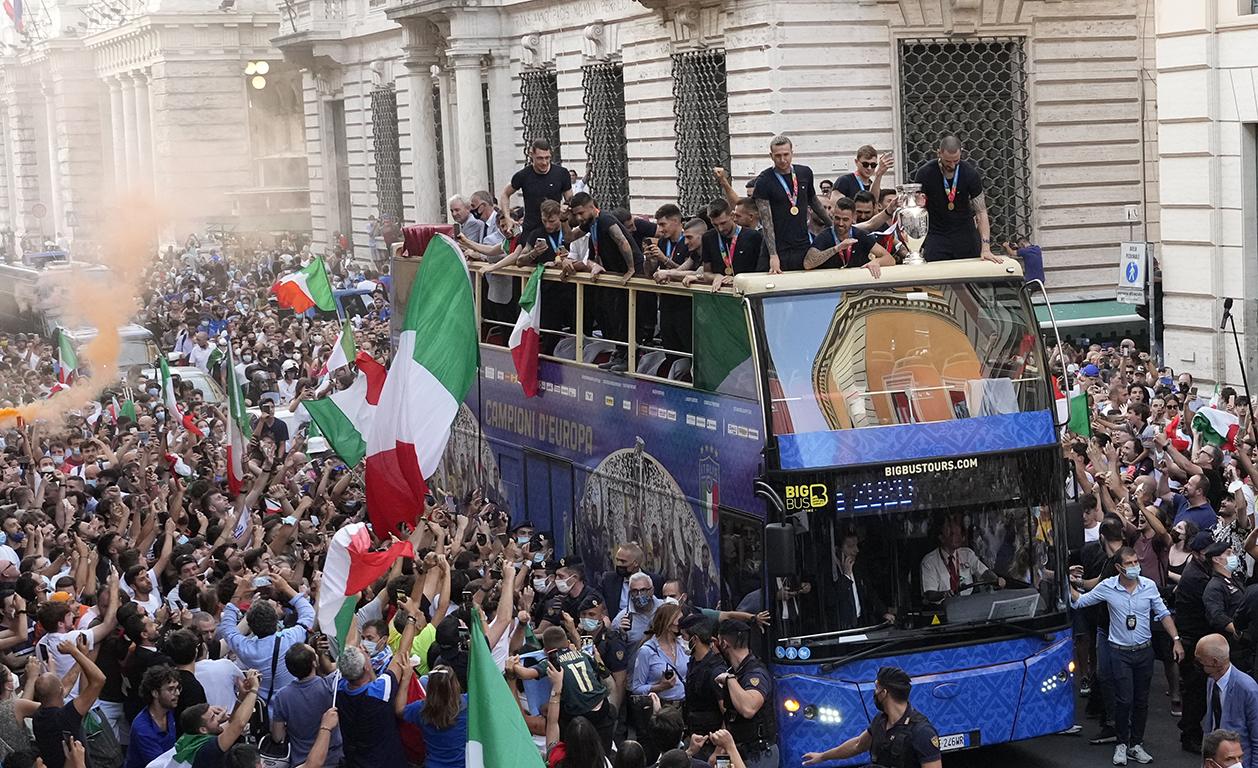 <p>Героите, показаха купата пред хилядите фенове, които излязоха по улиците на &bdquo;Вечният град&ldquo; за да ги аплодират.</p>