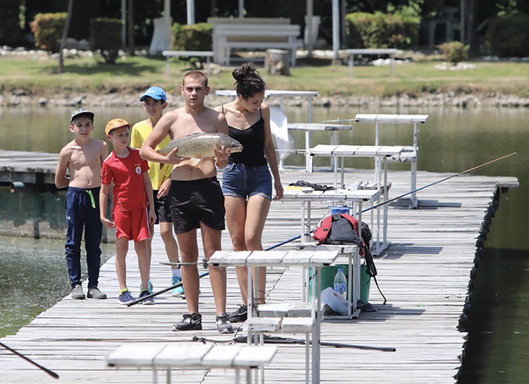 <p>Хора търсят прохладата край езерото в Панчарево и край фонтаните на НДК</p>