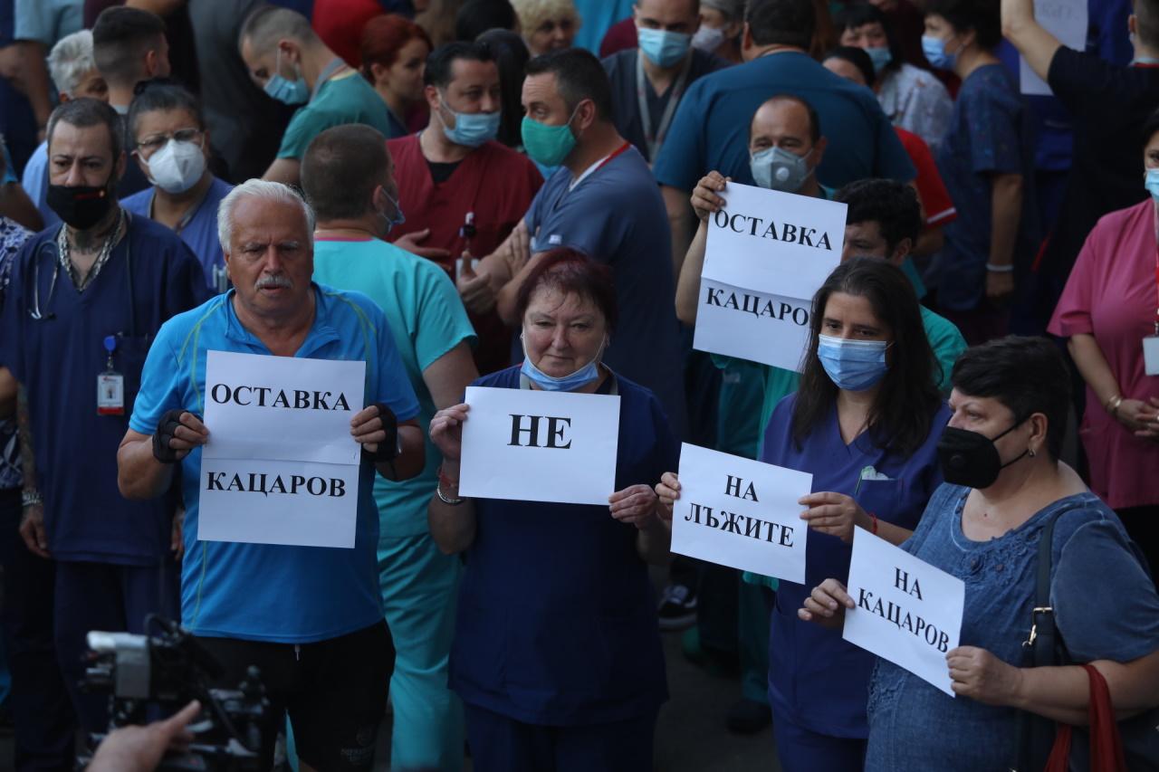<p>Лекари, медицински сестри и санитари, работещи в лечебното заведение, се събраха пред входа на болницата на протест срещу отстраняването на проф.Асен Балтов от директорския пост</p>