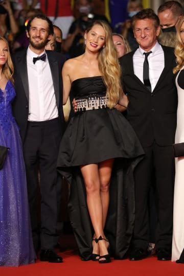 <p>Шон Пен заедно с дъщеря си Дилън Пен (отляво) и своя син Хопър (отляво на Дилън)</p>