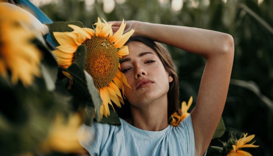 жена лято любов слънчоглед слънчогледи