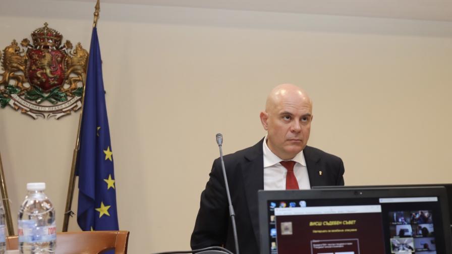 <p>С пълно мнозинство - депутатите викат Иван Гешев</p>