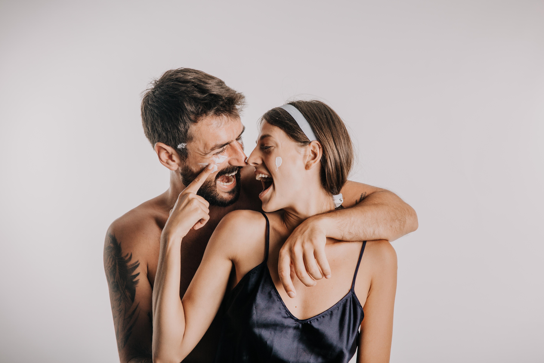 <p><strong>Мъж Скорпион и жена Овен</strong></p>  <p>И двамата са господари на страстта и силните усещания, но вместо да се борят един срещу друг, успяват да си поделят първото място и да отпразнуват заедно победата с много горещи целувки.</p>