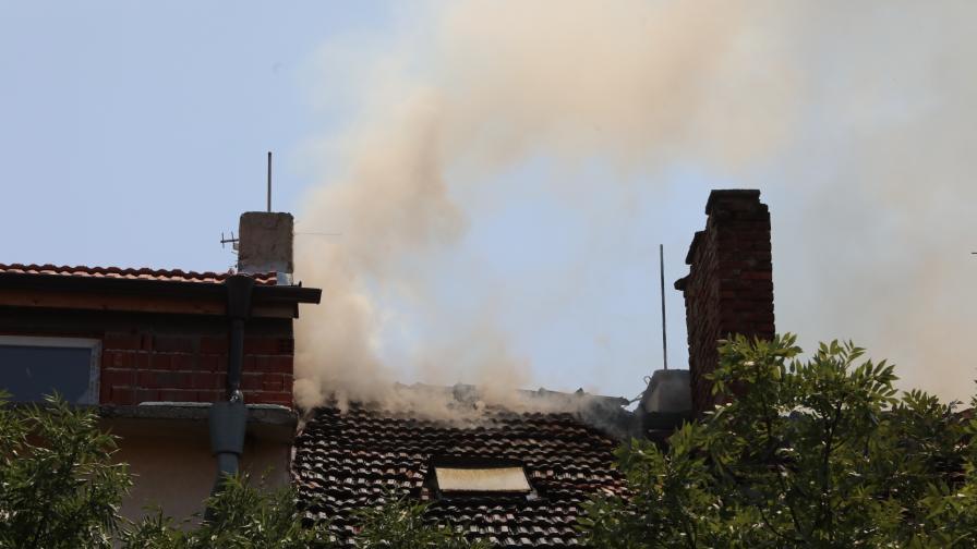 Голям пожар в София, евакуираха хора в...