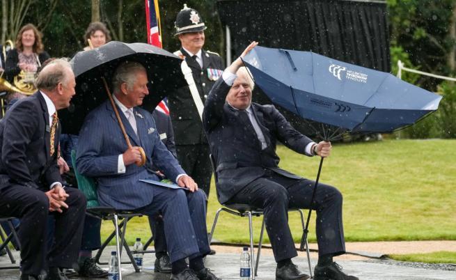 Принц Чарлз остана изумен от борбата на премиера Борис Джонсън с чадър