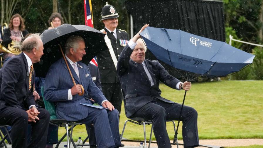 <p>Принц Чарлз остана изумен от борбата на Джонсън с чадър</p>