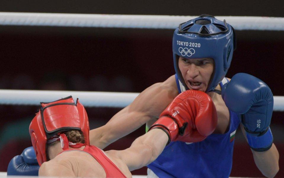 Българската боксьорка Стойка Кръстева го направи. Родната състезателка победи категорично