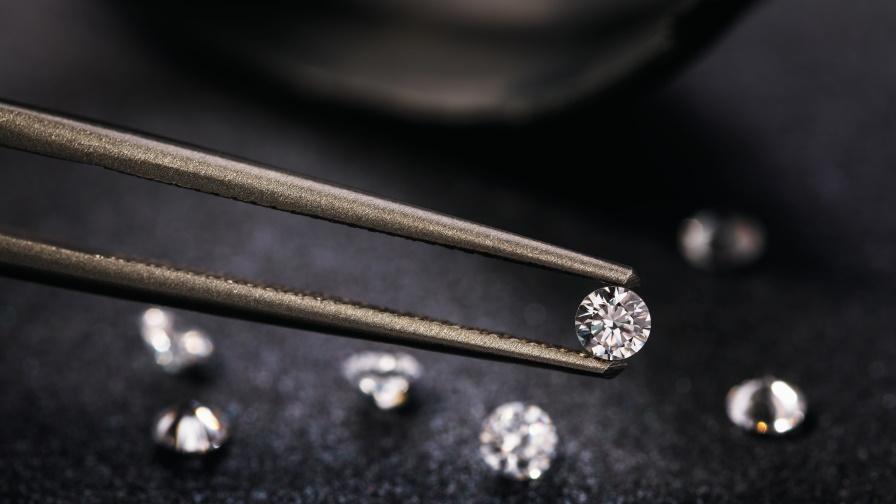 Жена обра магазин за диаманти, сменила ги с... градински камъчета