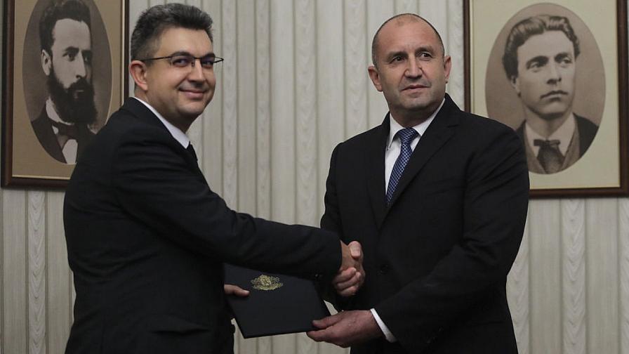 """Румен Радев връчи мандата за правителство на кандидата за премиер на """"Има такъв народ"""""""