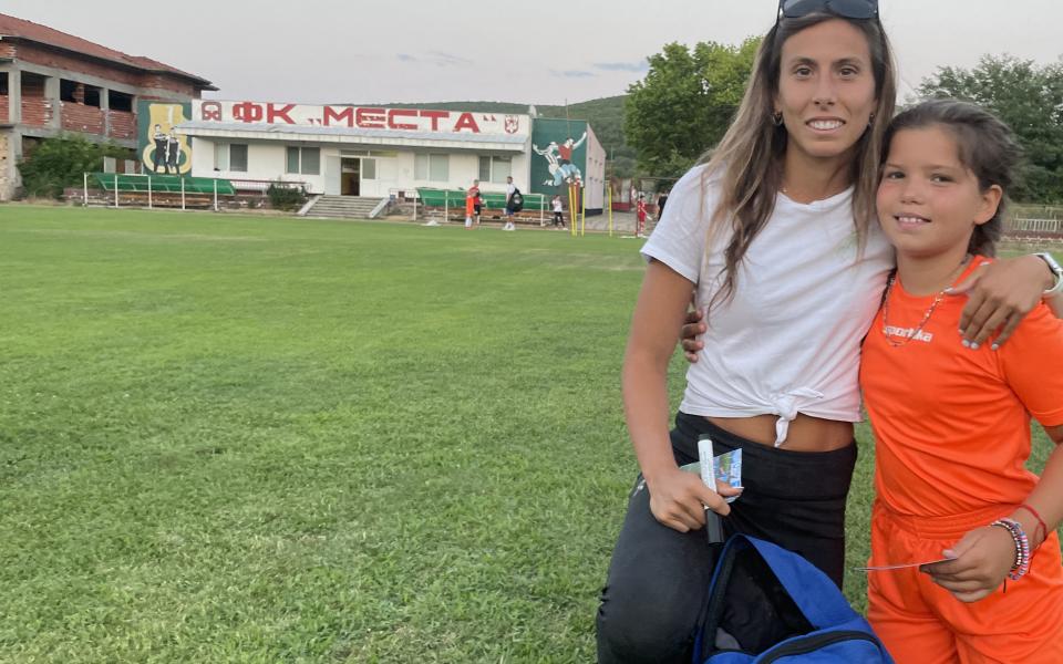Евдокия Попадинова изненада малки таланти по време на детски футболен