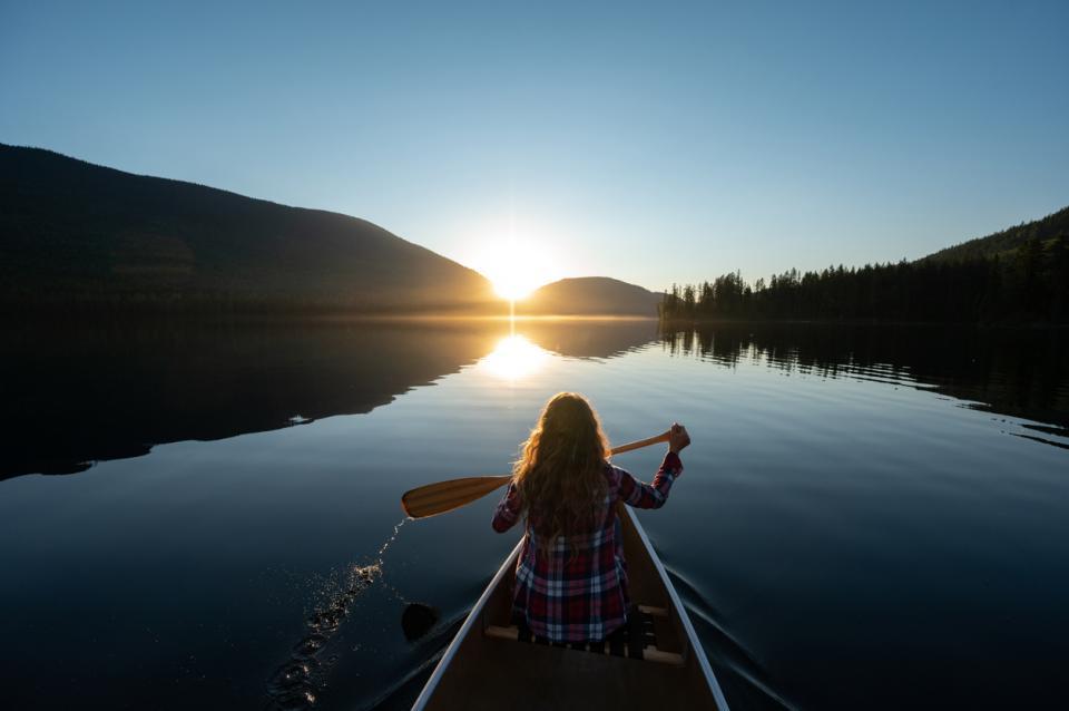 жена природа лято езеро лодка планина пътуване пътешествие
