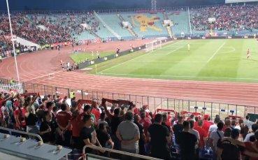 Феновете на ЦСКА изпълняват националния химн