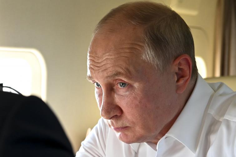 Владимир Путин прелетя с хеликоптер над обгорения регион около Челябинск