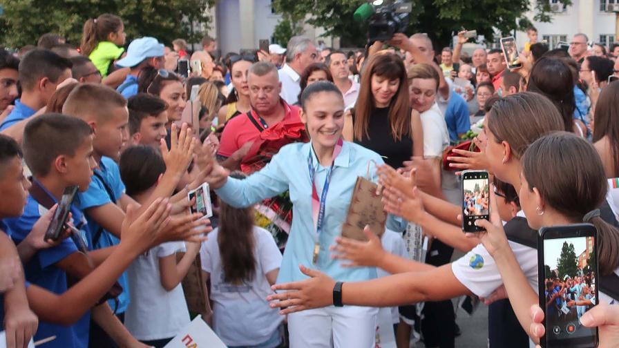Грандиозно посрещане за олимпийските ни шампионки Ивет Горанова и Стойка Кръстева