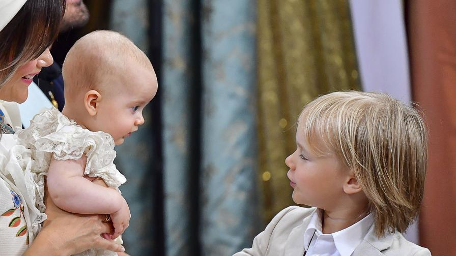 Шведският принц Карл Филип и съпругата му принцеса София кръстиха третия си син Юлиян в параклиса в двореца Дротнингхолм