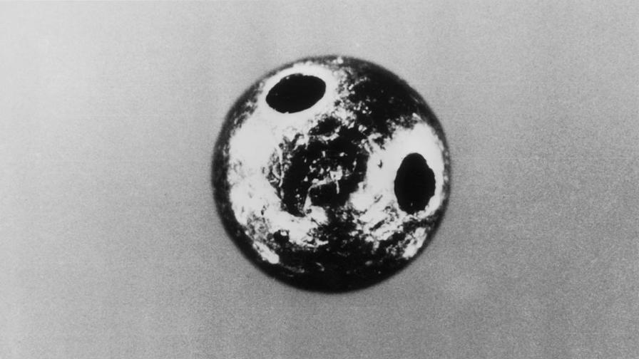 Малката платинена топка, която уби журналиста на Би Би Си Георги Марков, който бе избягал от България през 1969 г.
