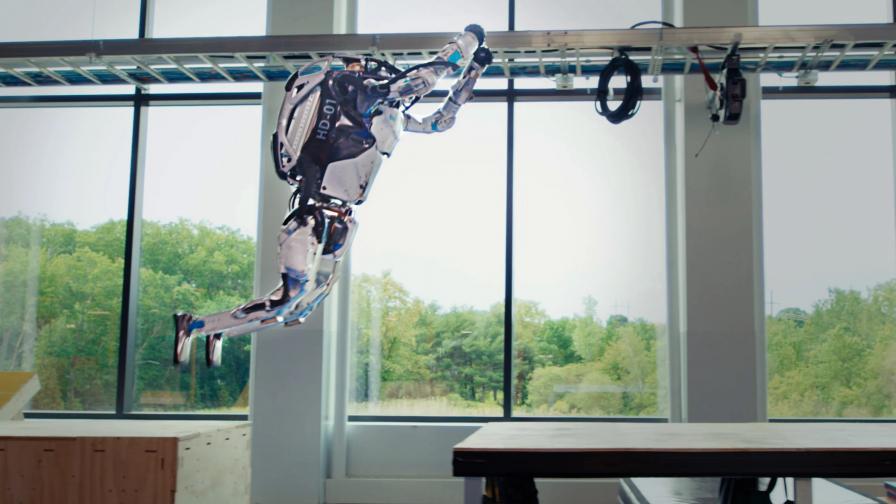 Роботът Atlas изпълнява паркур трикове