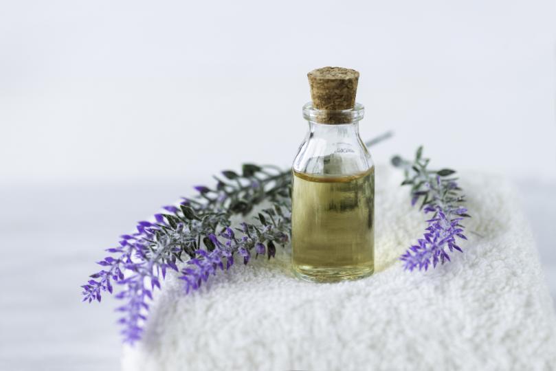 <p>Само <strong>ароматът</strong> на лавандулата може да облекчи депресията, стреса и тревожността. Маслото от лавандула изпраща успокояващ сигнал до мозъка, което го прави естествено лечебно средство. Смесете вода с няколко капки лавандула в бутилка с пулверизатор. Можете да се пръскате през целия ден, за да увеличите силата на действиец и да усетите цялостно чувство на <strong>позитивност и спокойствие</strong>.</p>