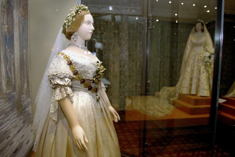 <p><strong>1840-те и кралица Виктория</strong></p>  <p>Традицията на бялата булчинска&nbsp;рокля започва от&nbsp;сватбата на кралица Виктория. Тя е известна и с&nbsp;изобретяването на&nbsp;черното погребално облекло.</p>  <p>За разлика от своите предшественици, кралица Виктория се омъжва по любов и иска да облече възможно най-хубавата материя в чест на празника си. Избира френска дантела, която по това време е налична само в бяло. Останалата част от историята всички я знаем.</p>