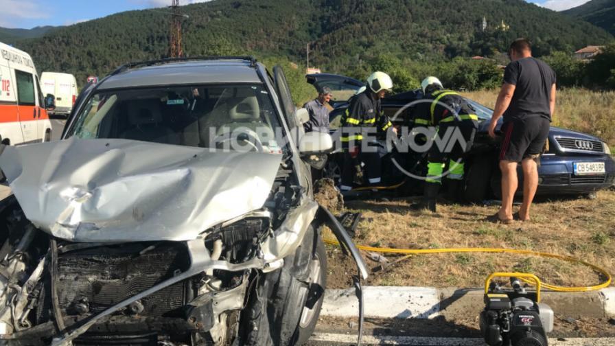 Жена загина при тежка катастрофа край Шипка, има и ранени деца